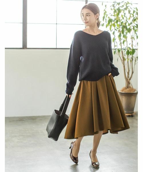 モカフレアスカートとチャコールグレーのVネックニットを使ってビターチョコのようなレディコーデに。ブラウン系の柄パンプスでアクセントをつけて。