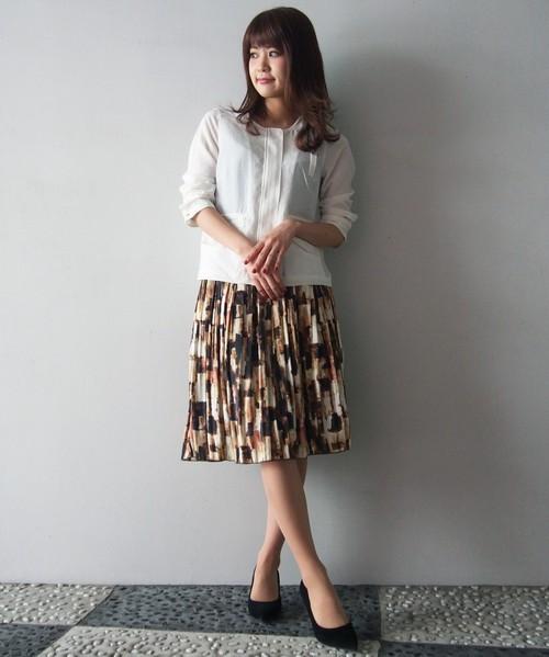 人気のプリーツスカートですが、無地ではなく柄物をチョイスすることで他の子に差をつけて♪ノーカラージャケットはシンプルなホワイトをチョイスすることで、あくまでナチュラルにすっきりと。