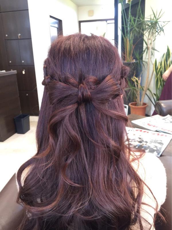 ハーフアップ部分を地毛リボンにしたヘアスタイル。結婚式やパーティなどのお呼ばれヘアスタイルにぴったりですね。カールした裾がまるで本当のリボンのようです。