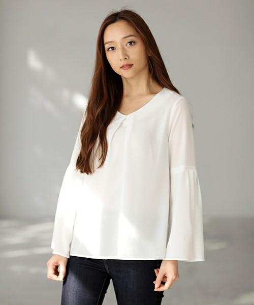 袖の切り替えがかっこいい白シャツが、大人の女性らしいコーディネートに☆濃い色のデニムと合わせてかっこよさを演出。