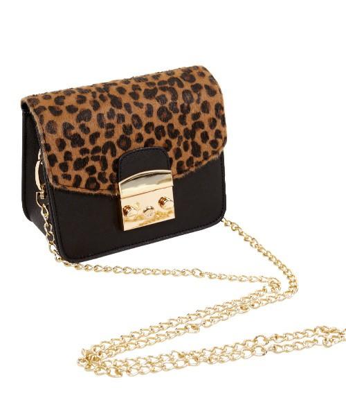 きれいめスタイルにかかせないミニサイズのハンドバッグ。バッグは小さい方が、華奢で女性らしい雰囲気になります。形はかっちり感のあるものやチェーンタイプで、ラグジュアリーな雰囲気に♪