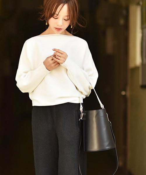 cocaのドルマンスリーブを使ったコーデ。女性らしい肩のラインがすごく素敵ですね。シンプルながら、シルエットに女性らしさを感じます。シンプルなパンツと合わせて、さらりと着こなすとかっこよく仕上がります。