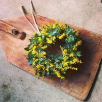 一足早く、春気分♪鮮やかな黄色にパワーをもらえる【ミモザ】のリースを飾りませんか?