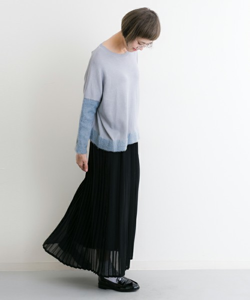 マキシ丈のプリーツスカートがお洒落なカジュアルコーデ。うっすらと透け感のあるプリーツスカートは、ロング丈でも軽やかな印象に。ローファーと合わせると、キマりますね。トップスは、リラックス感のあるシルエットで、風になびくシルエットが素敵です。