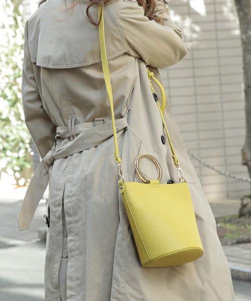 バケツ型のショルダーバッグは差し色役に抜擢。コンパクトできれいめにもカジュアルにも使えそうです。