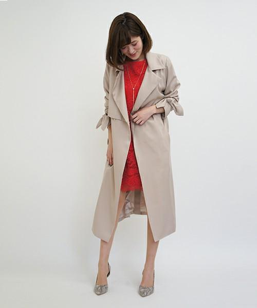 ニュートレンチコート、いわゆるテロンとした落ち感のある素材、テロンチもトレンド。袖にリボンが付いたレディライクなコートです。