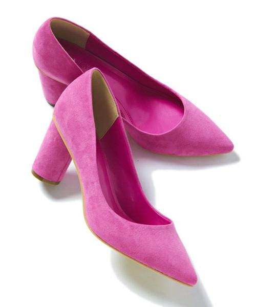 ラウンドヒールになったピンクカラーのパンプス。可愛いピンクカラーは、ちょっとヒールにこだわりを持たせるだけで、印象が変わりますし大人っぽくなります。安定感があるので、どのスタイルにもバッチリ似合いますよ♪
