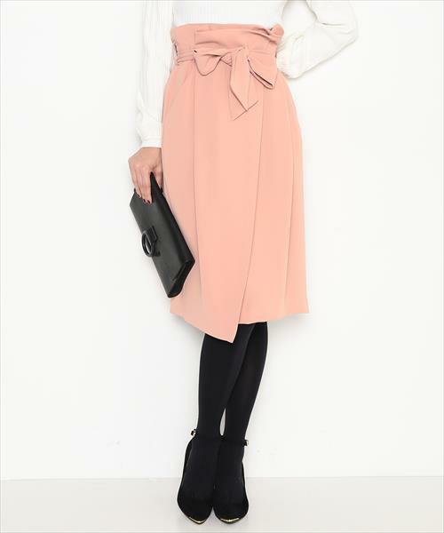 ◆ADAM ET ROPE' ウエストリボンラップスカート ¥14,040  ピンクベージュやグレイッシュピンクなど、春カラーのスカートを1枚投入。ラップスカート、フレア、プリーツと形はどんなものでもOK。ポイントはハイウエストと膝が隠れる丈であること。この2つを抑えればほぼ成功です。