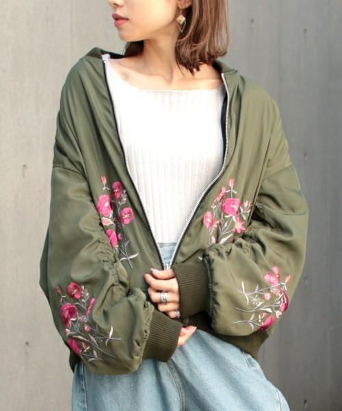 トレンドの刺繍入りのジャケット。ゆったりサイズのカーキーカラーのジャケットに、花柄が刺繍されただけで、パッと華やかになりますね。春にぴったりな1枚です。デニムアイテムと合わせて着こなしたいですね。