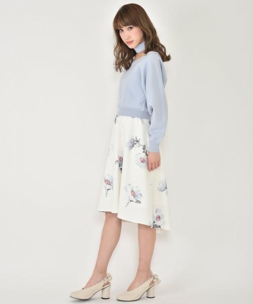 ◆titty&Co. BIGフラワーイレヘムスカート  手持ちの春色ニットに合わせたいフラワープリントのフレアミディスカート。イレギュラーヘムで後ろが長めになったフィッシュテールデザイン。単色のスカートが物足りなくなったら、やさしいフラワープリントのスカートを選んで。