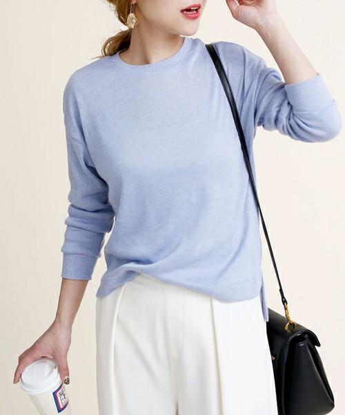 薄手のブルーニットは初夏まで使えそう。爽やかな色をホワイトボトムスで楽しんで。バッグはきれいめのブラックショルダーバッグを。