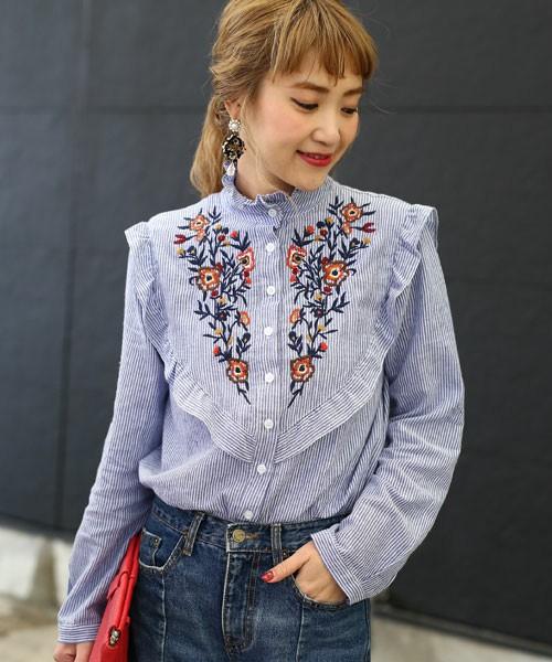 花柄刺繍が施されたストライプシャツ。メンズライクなストライプシャツが、フリルと刺繍によって、ラブリーになっていますね。デニムパンツと合わせると、こなれ感バッチリ!!赤いバッグと合わせて、かっこよくキメちゃいましょう♪
