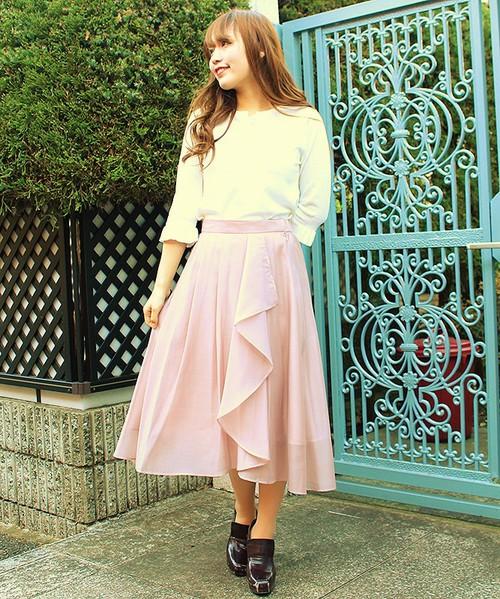 トレンドのイレギュラーヘムスカートをピンク系のラベンダースカートで取り入れて。ホワイトのトップスと合わせれば、大人ガーリーなコーデに。ダークブラウンのきれいめ靴を合わせて、お嬢様風に仕上げを。