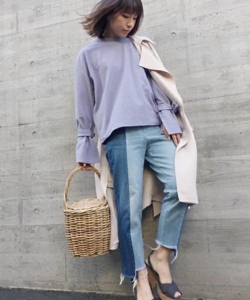 薄いブルーとインディゴカラーがセンターで分かれたデザインです。裾は切りっぱで、敢えて二つの生地の長さが異なるのも魅力の一つです。春らしいラベンダーカラーのカットソーとの組み合わせがステキですね。