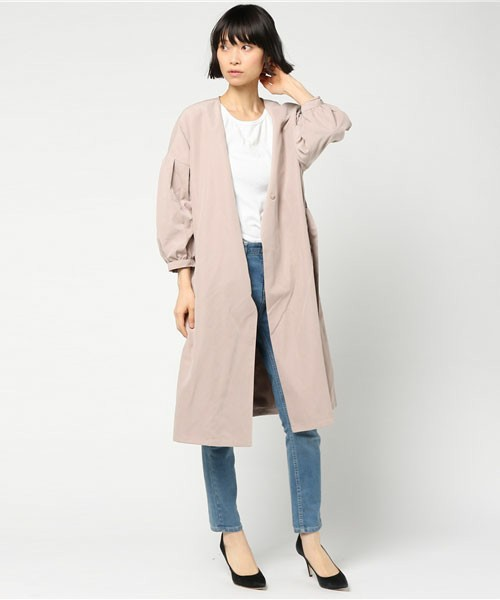 春らしいスモーキーピンクカラーのアウターコーデ。デニムパンツと合わせて、すっきりした装いに。襟がないタイプなので、丸襟のインナーを着るとバランスがとれます。パンプスを履くと、グッとランクアップしますね。