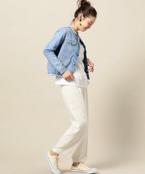 オール白のセットアップに、きれいめのジャケットと同じように羽織ったコーディネート。足元はスニーカーですが、パンプスやブーツに合わせてもGOOD!もちろんスカートにも合わせやすいジャケットになっています。
