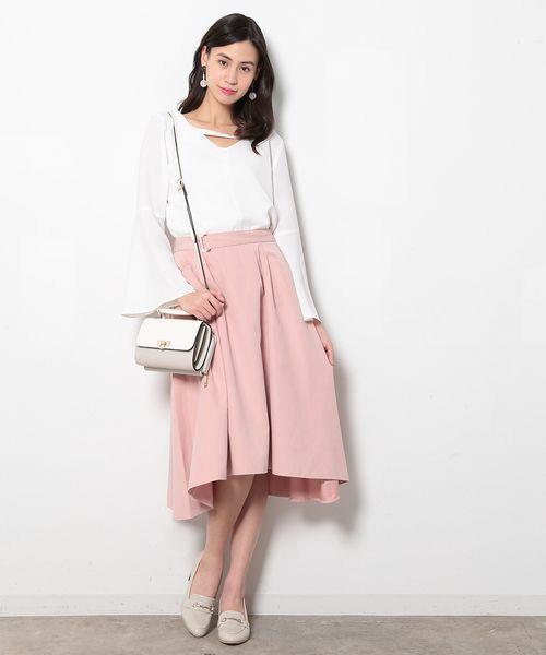 イレギュラーヘムスカートはピンクで甘く。ホワイトのトップスと合わせてフェミニンコーデに。バッグはカッチリとしたショルダーバッグが◎。