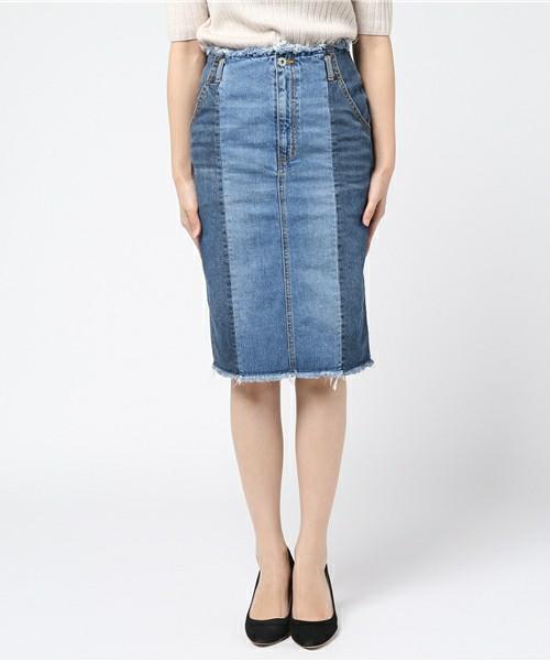 パンツだけじゃない、スカートだってデニム×デニムの個性的デザインが。縦長効果で下半身をほっそりと見せてくれます。