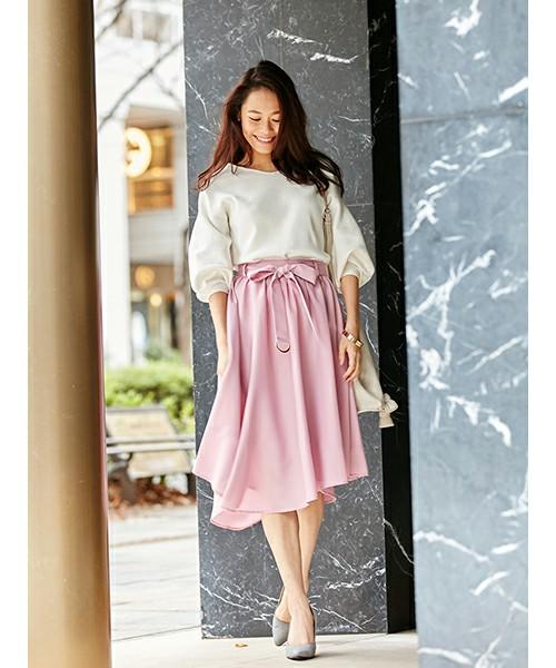やや光沢のあるピンク系のラベンダースカートは、甘めのホワイトトップスで大人ガーリーなお出かけコーデに。グレージュのポインテッドトゥパンプスを合わせて、エレガントな装いを演出。
