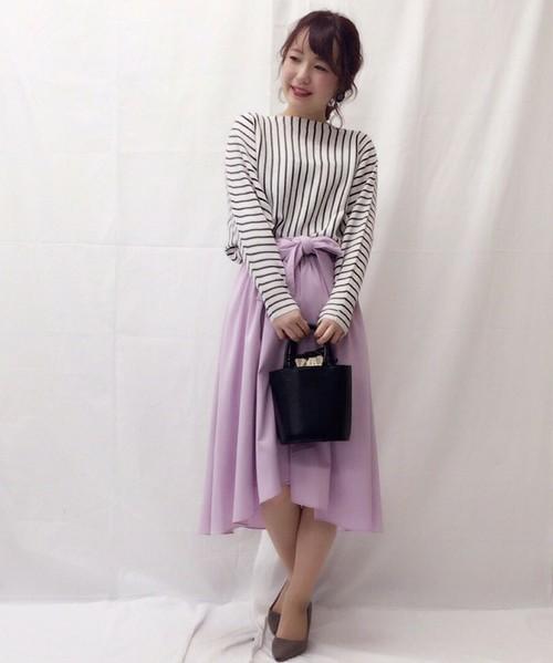花びらのような可憐なスカートはマニッシュなトップスと合わせて。きれいめなバッグとポインテッドトゥパンプスはマスト。ウエストはブラウジングしてスタイルUP!
