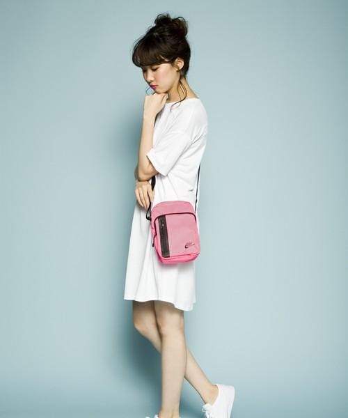 スポーツアイテムをピンクカラーで女らしく。白Tとも相性抜群。爽やかで暖かい季節らしいコーデに。