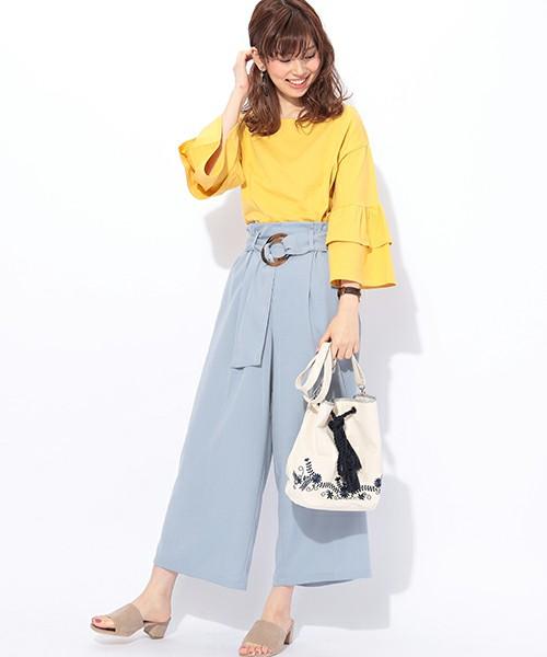 鮮やかなイエローをデザインTシャツで取り入れて。ワイドパンツはサックスブルーで爽やかなスタイルに。刺繍入りの巾着バッグもトレンドライクで好感触です。