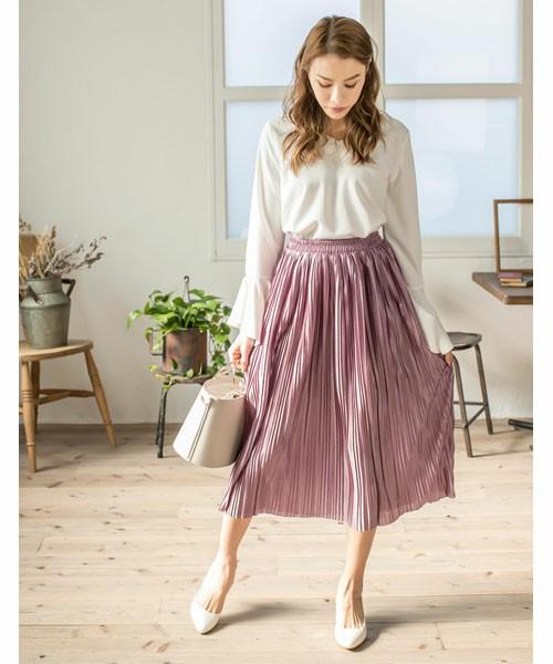 細かいプリーツが入ったスカートは繊細なイメージ。白いブラウスと合わせて女らしいコーデに。引き締め役として黒のアイテムを取り入れても。