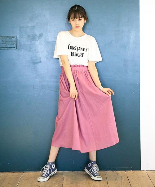 春らしいピンクのギャザースカートを、ロゴTシャツとコンバースでカジュアルダウン。ピンクも甘さを抑えたカラーなら大人可愛く仕上がります。スタイリッシュなロゴTシャツを選んで、大人のカジュアルスタイルに。