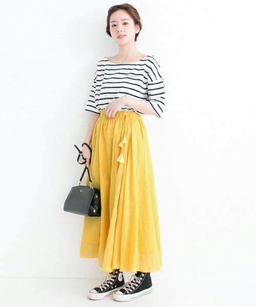 トレンドのカラースカートはロング丈で大人っぽく抜け感のあるスタイルに。ボーダーTシャツとコンバースを合わせてさらにエフォートレスな大人カジュアルコーデに仕上げ。バッグはきれいめなアイテムを。