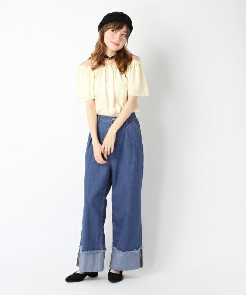 次に裾のみ色の違うデニムを張り合わせたデザインです。目線を足元に集め、足はすらっと長く見せてくれます。シルエットもワイドめに、トレンドを意識したデザインになっています。