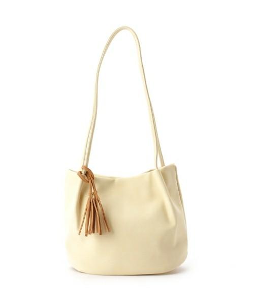 スウェード調のバッグはホワイトをセレクト。初夏を感じさせる配色がこれからの季節にぴったり。カラバリも嬉しい。