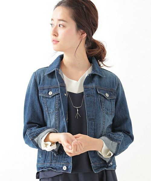 ◆earth music&ecology デニムGジャン  柔らかなヴィンテージ加工が施されたearth music&ecologyのデニムGジャン。生地が柔らかいので袖をたくし上げたり、ロールアップが簡単にできます。コンパクトな丈はパンツとのコーディネートだけでなく、スカートやスカンツにも合わせやすいジャケットです。
