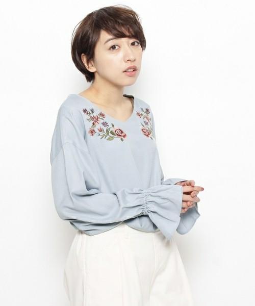 肩の両サイドに刺繍されたお花がとてもキュートなシャツですね。パステルカラーの水色も春らしくて清々しいです。
