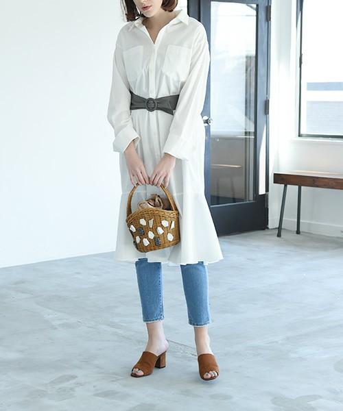 断然白派のアナタには、裾に特徴のある、こんなシャツワンピースがおススメです。裾に切り替えのあるシルエットでちょっとガーリーに。トレンドのサッシュベルトをすれば、ご覧の通りスタイルアップして、足長効果も期待できます。