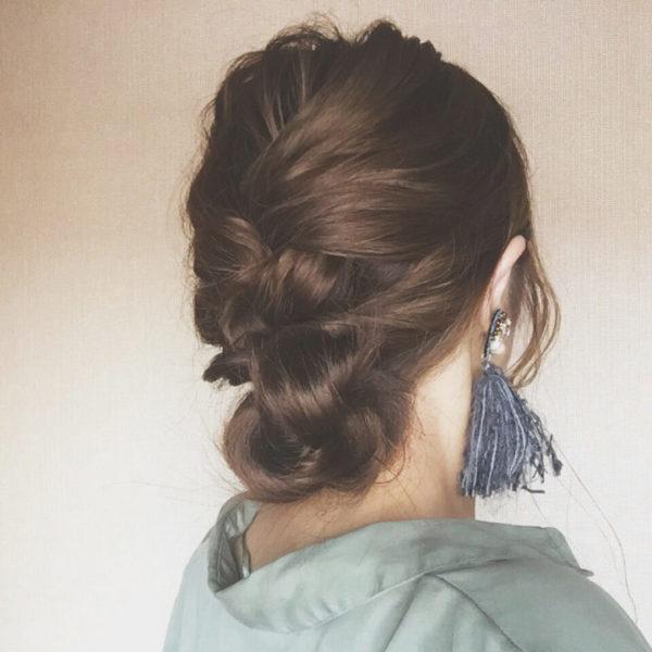 トップから下にかけて大きく編み込んだシニヨン風のまとめ髪は、ちらりと見えるうなじがとってもセクシーに見えます。大ぶりのアクセサリーをつけてゴージャス&エレガンスなスタイルに。
