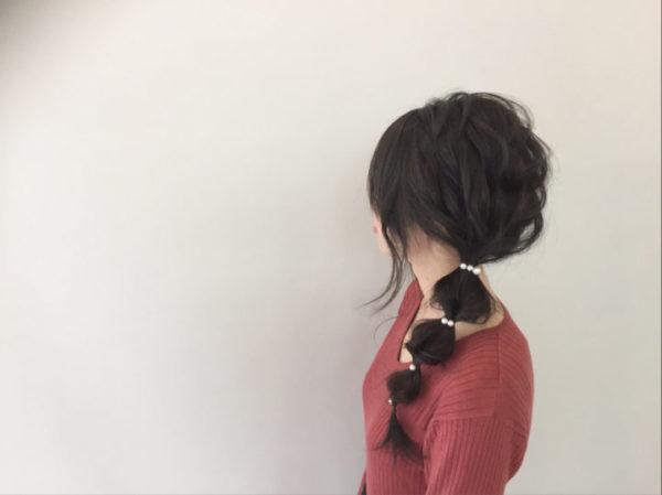 一つ結びで束ねた髪をさらに等間隔で結んだシンプルなヘアスタイルなのに、印象に残る特徴的なヘアアレンジ。パールのヘアアクセサリーを使うことでシンプルだけでないデイリーで使える大人の上品な髪形に。