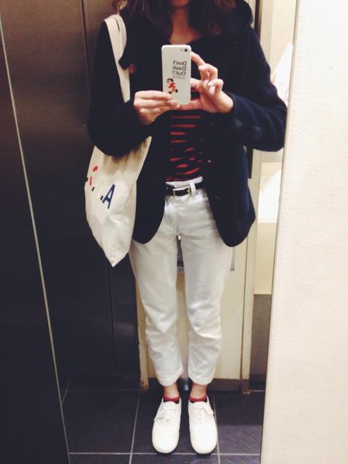 靴下、バッグ単品でもトリコロールカラーというこだわりのあるコーデ。赤の分量を少なくしてシックなイメージに。