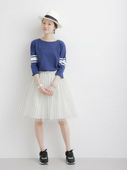 2本のラインがスポーティーなトップスですね。甘めのチュールスカートに合わせた女性らしい着こなしが素敵です。