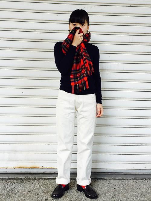 暗めの紺で落ち着いた印象に。ソックスの赤がアクセントに。白いパンツとローファーでマニッシュにきめて!