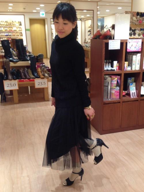 チュールスカートが、さりげなくかわいいコーデです。黒コーデにしたので、それぞれのアイテムが映えますね。