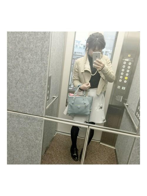 清楚で優しい色合いのコーデ。スカートの花柄が派手すぎず、可愛いですね♡薄い水色のバッグがよく似合いますね。