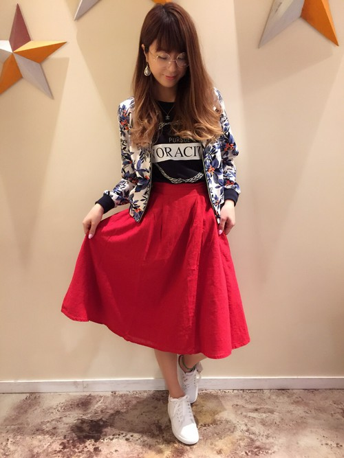 女子会やデートスタイルにもピッタリ♡大人っぽい雰囲気のある花柄のブルゾンとレッドのスカートは休日コーデにぜひ。