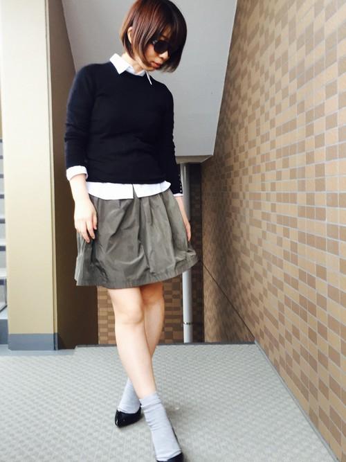 大人になるとなかなか短め丈スカートは、取り入れづらいかもしれませんが、大人っぽいカーキフレアスカートなら大丈夫♪落ち着いた色合いだから、暖かい日にぜひ。