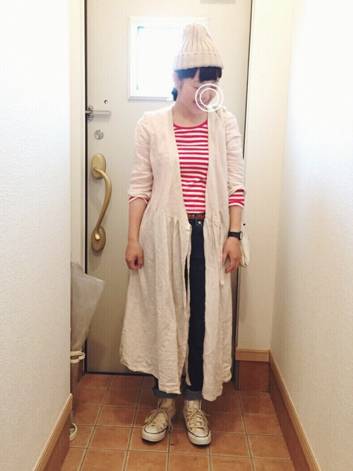 カラーのバランスを上手に取り入れたスタイル。白のロングシャツと小物の白で元気なイメージをつけて。