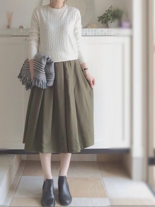 ホワイトにベージュのスカートでナチュラルなコーデを。膝より長い丈のスカートをチョイスして、カジュアルで主張しすぎない着こなしに。
