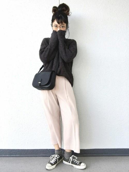 グレー×ピンクのコーデもセンタープレスの入ったパンツを選ぶときちんと感が出て、小物使いでこなれた雰囲気に。