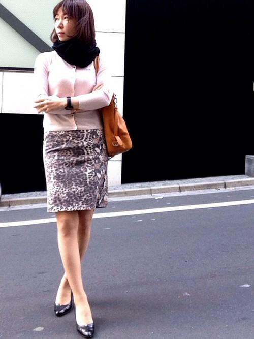 セクシーなタイトスカートに、キャメルのバッグやニットを合わせるとバランスのいい自然なコーデが完成。
