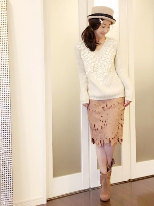 ホワイトニットにベージュのスカートを合わせて♪冬らしいブーツに、タイトのレーススカートで足を細く見せる効果もあります!小物で季節感を表現して。