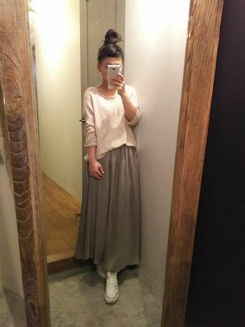 ピンクの春ニット×マキシスカートで大人可愛く♡お団子ヘアがコーデにもピッタリ!若々しいフレッシュな印象に。