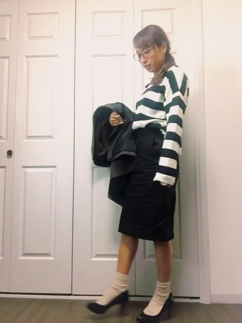 個性的なグリーンのボーダートップスにタイトスカートを合わせて。派手めなアイテムでもシンプルなユニクロのスカートはコーデの要になってくれますね!